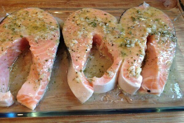 Tẩm ướp gia vị cá ba sa kho tộ
