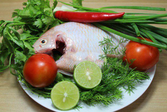 Chuẩn bị nguyên liệu làm món lẩu cá diêu hồng chua cay