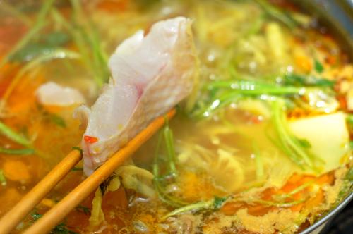 Thưởng thức món lẩu cá diêu hồng chua cay