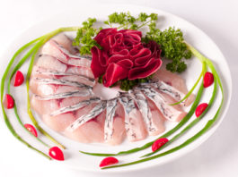 Trình bày món lẩu cá trắm